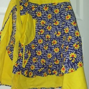 """VINTAGE YELLOW DAISY """" HE LOVES ME..."""" OS APRON"""